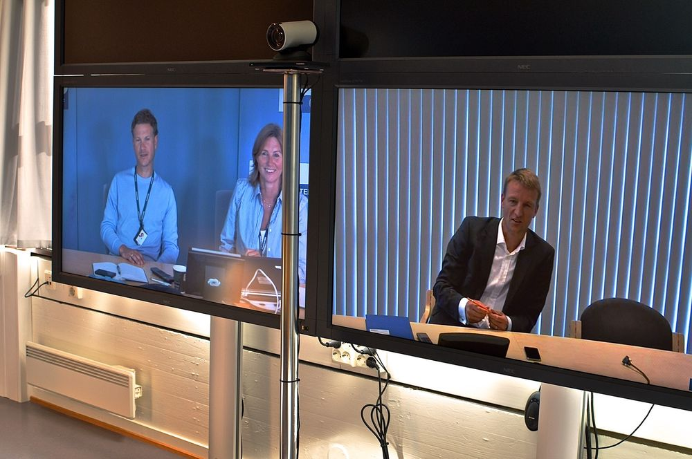 """Videokonferanse: Her kommuniserer Marinteks forskere på Integrert planlegging med Totals sjef i Stavanger. Bruk av videokonferanse i møter """"mellom hav og land"""" har blitt et viktig verktøy for koordinering og samhandling innen integrert planlegging. Fra venstre: Even Ambros Holte og Lone Sletbakk Ramstad i Marintek, og Jeroen fra Total."""