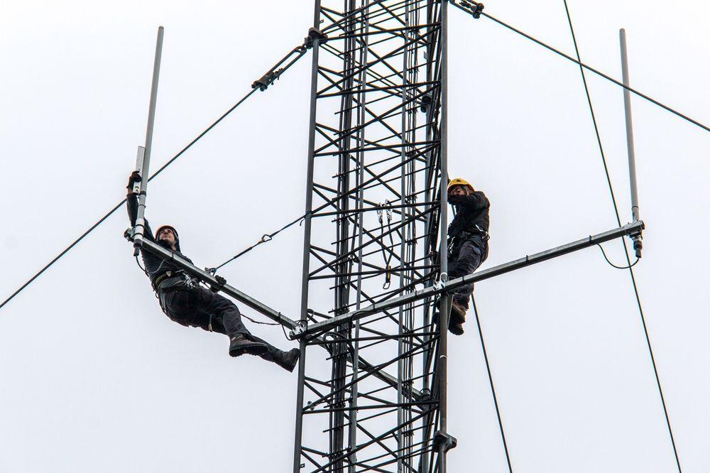 Montørene som har fått på plass utstyret på Nordkapp måtte på klatrekurs før de kunne utføre slike oppdrag.