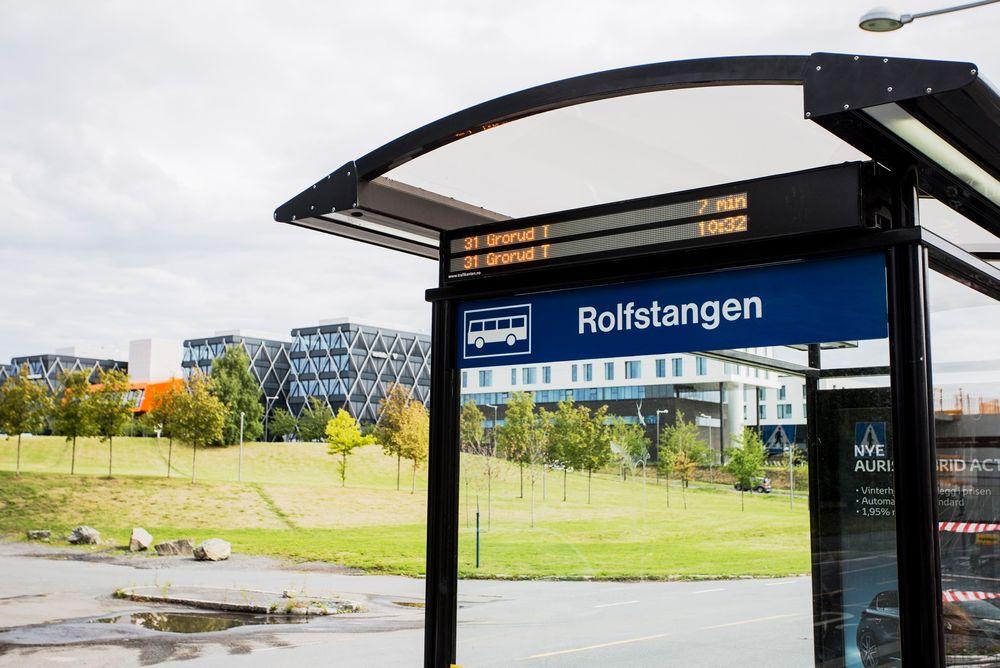 Kapasiteten på bussene til og fra Fornebu er sprengt.
