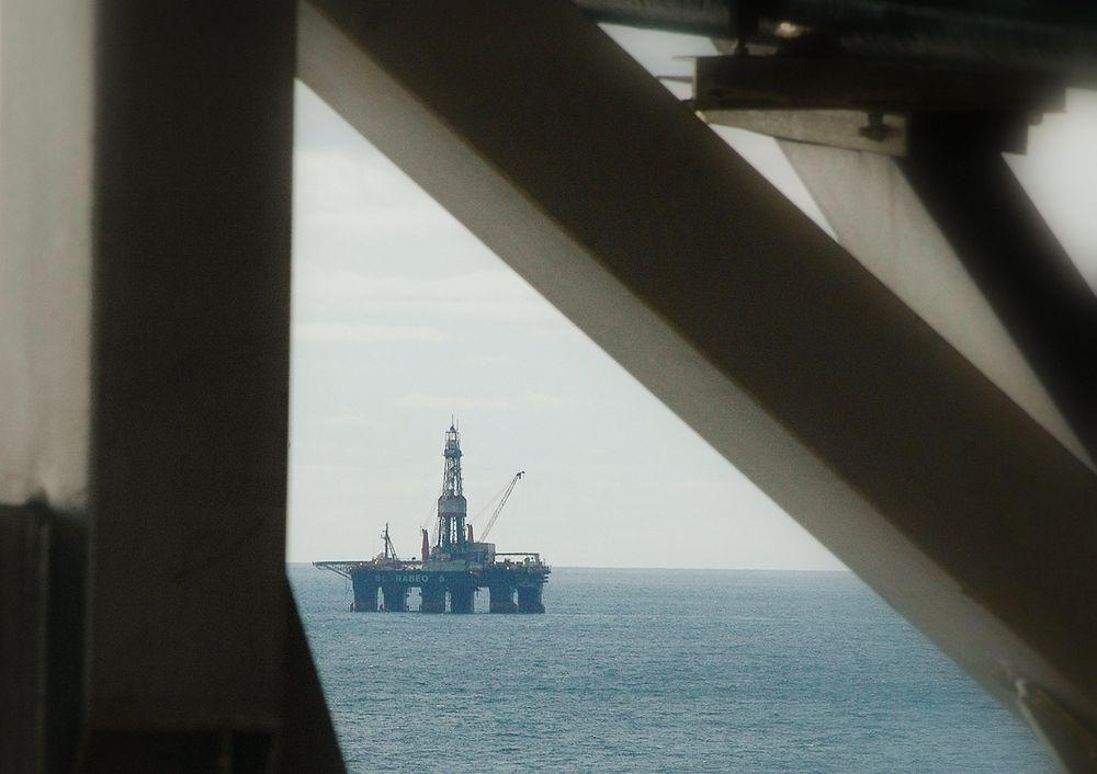 Bellona mener Miljødirektoratet systematisk lar oljeselskapene starte borevirksomhet før klagefristen er utløpt. Det er direktoratet uenig i. Her er for øvrig boreriggen Scarabeo 5 i aksjon.
