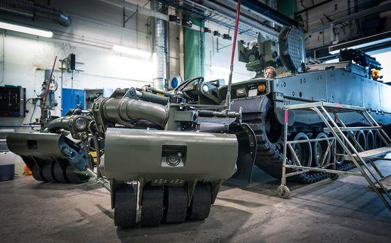CV90 sting inne på fabrikken til BAE Systems Hägglunds på den svenske østkysten.