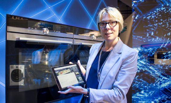 Smart: Prosjektleder for Home Connect i BSH, Dr. Claudia Häpp, viser oss hvor enkelt det er å styre den nye flaggskip stekeovnen fra et nettbrett. Når retten, som avbildet i oppskriften i Home Connect appen, er klar til steking er det bare å trykke start så overtar ovnen.