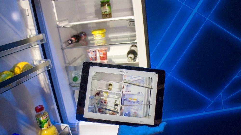 Oversikt i skapet: Med det nye smarte kjøleskapet som kommer neste år kan folk se hva det inneholder når de lurer på hva de har av matvarer. Appen viser to bilder, et tatt fra et kamera i døra og et bakfra. Hver gang man lukker kjøleskapet oppdateres bildene. Om ikke skapet er stappfullt kan man se innholdet. Det er jo greit når du står i butikken. Er det fullt i skapet trenger du sannsynligvis ikke mye, men det kan jo være fint å se hvor mange melk som er igjen. De siste ti lagres i appen slik at man kan se litt bakover i tid.
