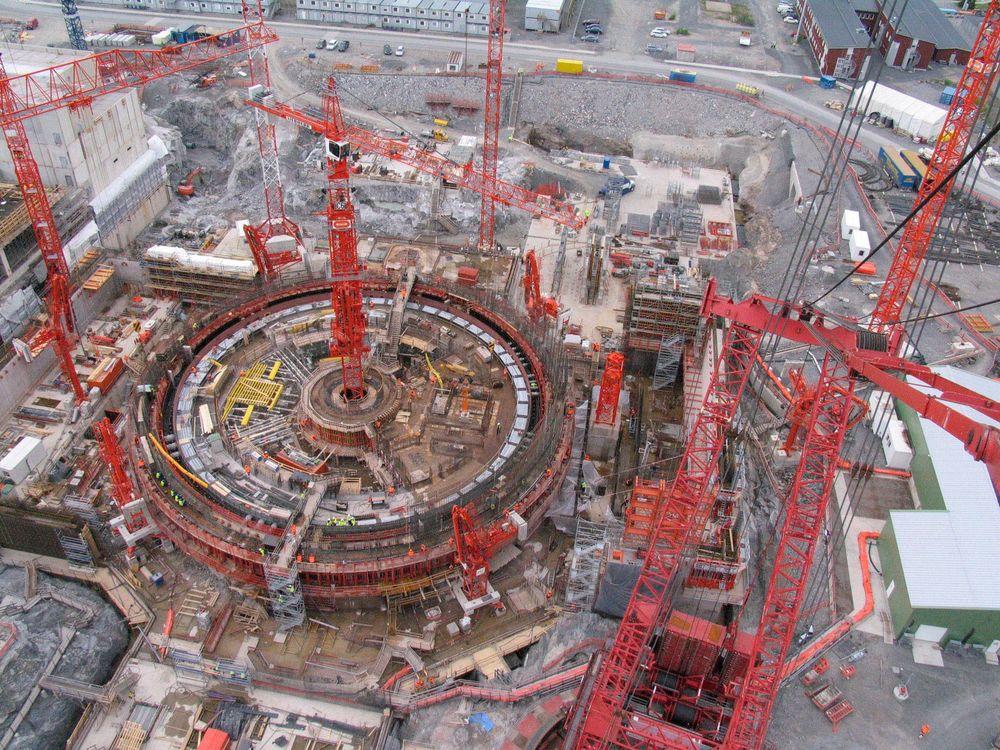 Gjentatte forsinkelser på Olkiluoto 3: Årsaken er alt fra nye sikkerhetskrav, spørsmål om dårlig betongkvaliteten, dårlig sikkerhetskultur, dårlige sveiserutiner, feil bruk av materiell i store rør, og planleggingsfeil i turbinanlegget.