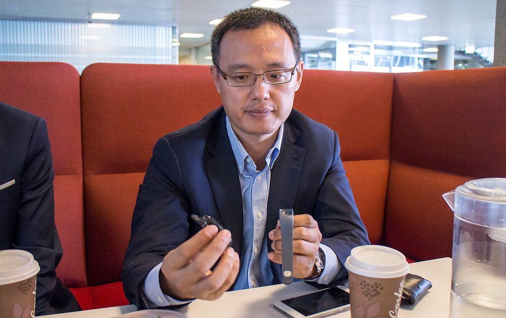 Terminalsjef:  Huaweis nordeuropeiske sjef for terminaler, Yanmin Wang viser frem  fitnessarmbåndet selskapet kommer med. Han lover et vell av innovative produkter som kan konkurrere med Apple og Samsung uten at det skal tømme lommeboka til kundene.
