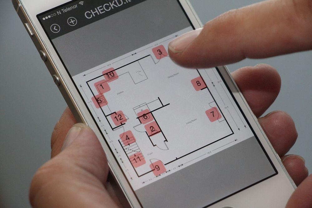 Med en smarttelefon og enkle symboler på utdrag av digitale plantegninger skal løsningene fra Checkd gjøre det enklere å unngå feil og rette opp feil i byggeprosjekter.