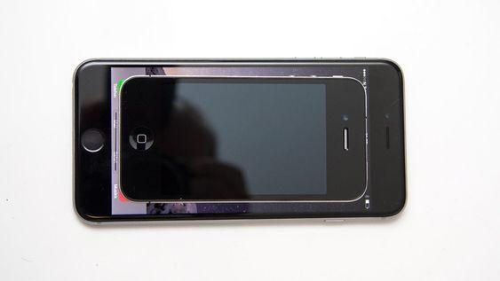 Skjermen er så stor at en iPhone 4 ikke dekker den.