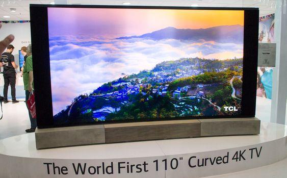 Størst: Kinesiske TCL har laget verdens største kurvede TV med sin 110 tommer. Designen er det B&Os avhoppede designsjef som står for. Han har flyttet til kina og får boltre seg i eik og betong. Denne står støtt på sine betongføtter