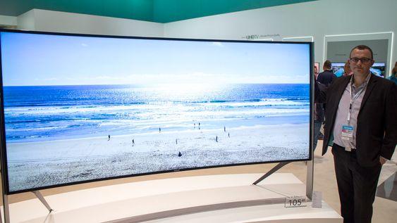 Til de veldig store stuene: Produktsjef for TV i Samsung Knut Erik Rørnes tror prisen som kan havne rundt millionen blir i drøyeste laget for den lekre kurvede 105 tommer TV-en i 21:9 format