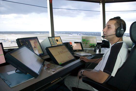 Flygelederne i tårnet på Gatwick styrer trafikken på den travleste flyplassen med én rullebane.