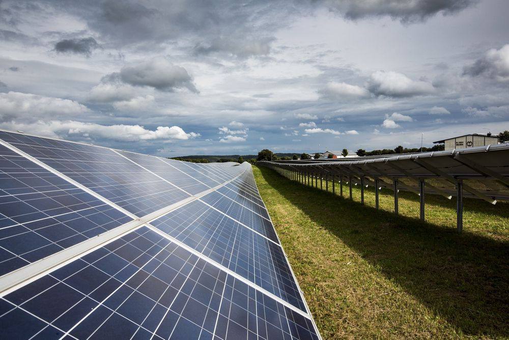 Artikkelforfatter Øyvind Nielsen mener produksjon av nær CO2-frie solcellematerialer ved hjelp av vannkraft er noe vi burde drive med i storskala i Norge både om 10 og 50 år. Her fra et solkraftverk i Tyskland. Foto: Håkon Jacobsen