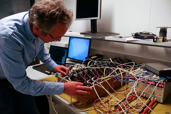 Rolf Jahren er ansvarlig for elektronikkutvikling i Halfwave. Her testes elektronikken som senere skal sendes gjennom gassrørledninger.