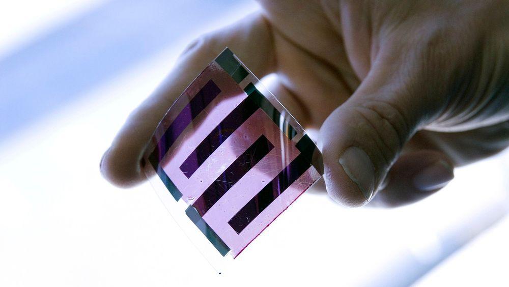 Dette er ei solcelle. Den er laget av plast, ikke silisium. Fagfolk i en rekke land utvikler og tester nå ut slike løsninger, i håp om å gjøre solenergi billigere. Dette eksemplaret er fotografert ved det franske solenergi-instituttet INES.