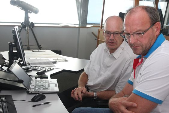 Finsliping: Servicesjef Jan Arthur Emilsen i Kongsberg Norcontrol IT og trafikkleder Asle Njåstad (Kystverket) går gjennom listen over det som ikke fungerer eller som må justeres.