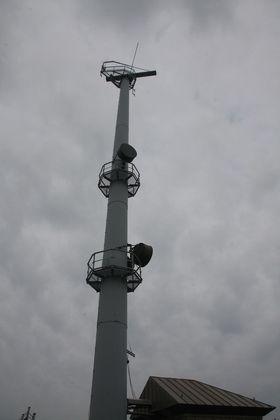 Solid: Den nye elektroniske radaren på Kvitsøy ble løftet på plass med helikopter.