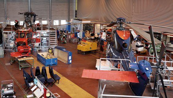 Halvparten av den største hallen til Heli-One på Sola er viet vedlikehold av tilbringerhelikoptrene til søsterselskapet CHC Helikopter Service.