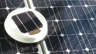Denne roboten vasker solcellepaneler på hustak