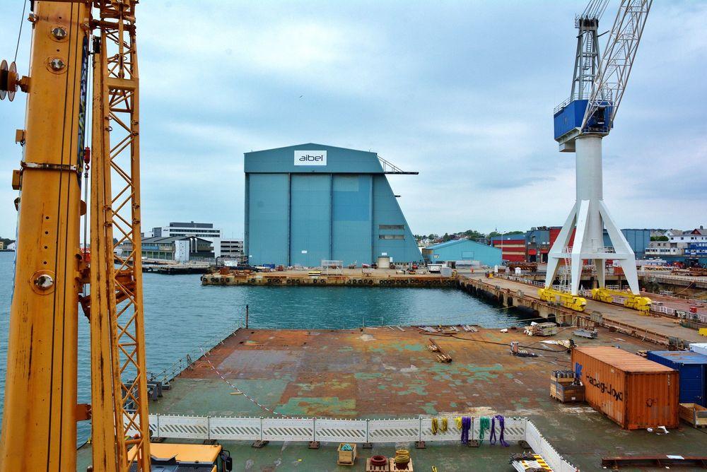 Petrojarl Knarr lå til kai ved verftet til Aibel i Haugesund, da det begynte å brenne ombord i det flytende produksjonsskipet. Brannen er nå slukket.
