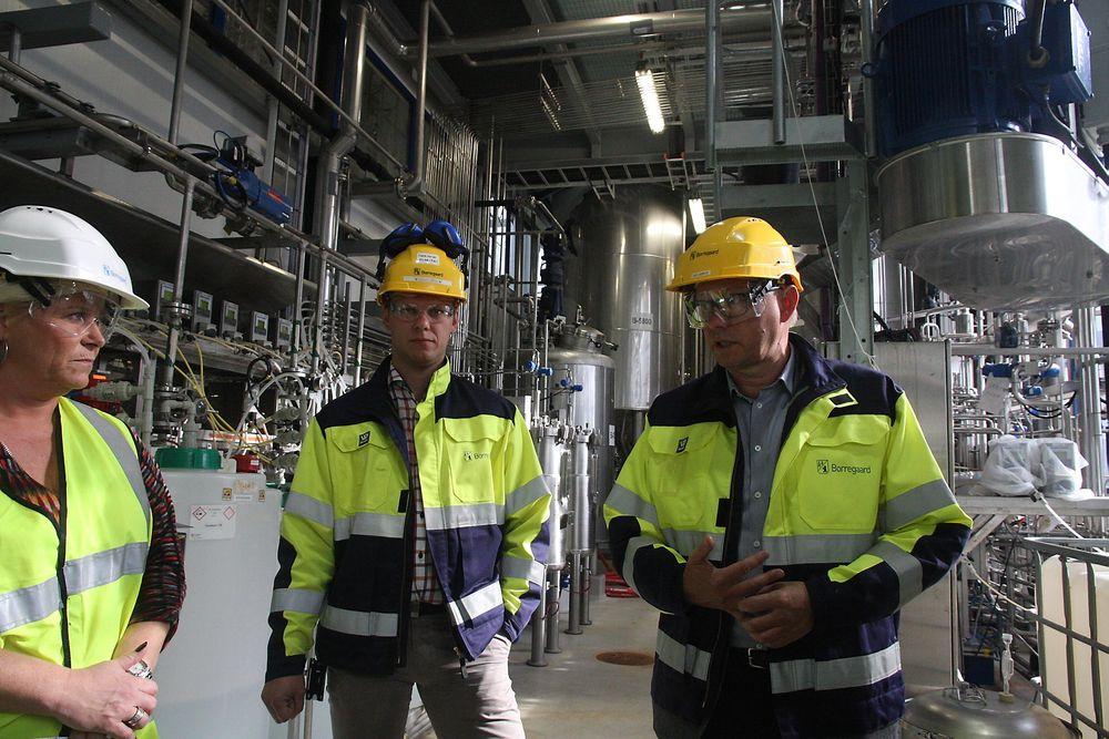 Finansminister Siv Jensen fikk en innføring i hva Borregaard forsker på ved demoanlegget for bioraffineri. Anders Sjöde er  teknologidirektør og sjef for demoanlegget. Administrerende direktør Per A. Sørlie til høyre.