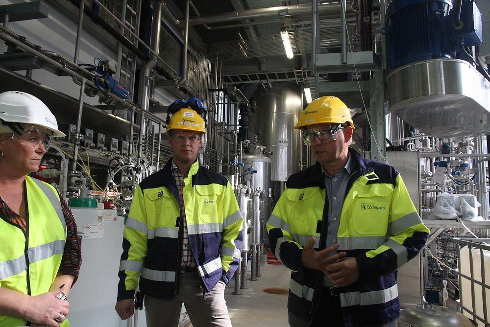 Finansminister Siv Jensen fikk en innføring i hva Borregaard forsker på ved demoanlegget for bioraffineri. Anders Sjöde er sjef for demoanlegget. Administrerende direktør Per A. Sørlie til høyre.