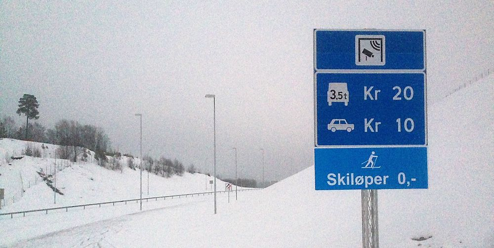 Lokalt har det blitt mye galgenhumor etter at åpningen av veien ble utsatt, med blant annet dette nye skiltet. Billig for skiløperne, litt dyrere for bilistene.