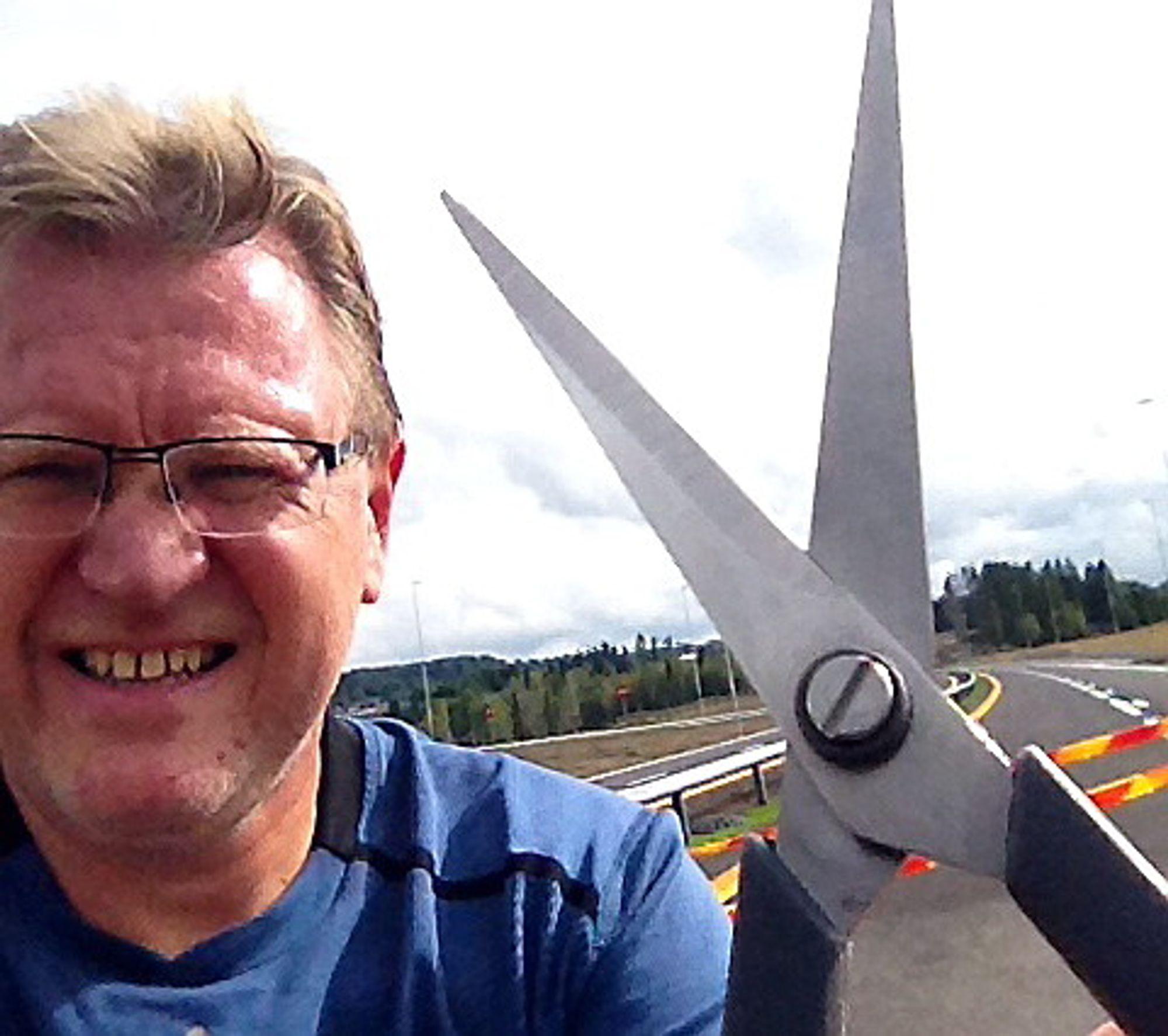 Ordfører Erik Unaas tok med seg rulleskiene og saksa for å liksomåpne E18 på den planlagte, men nå altså avlyste åpningsdagen. Han tok denne selfien.