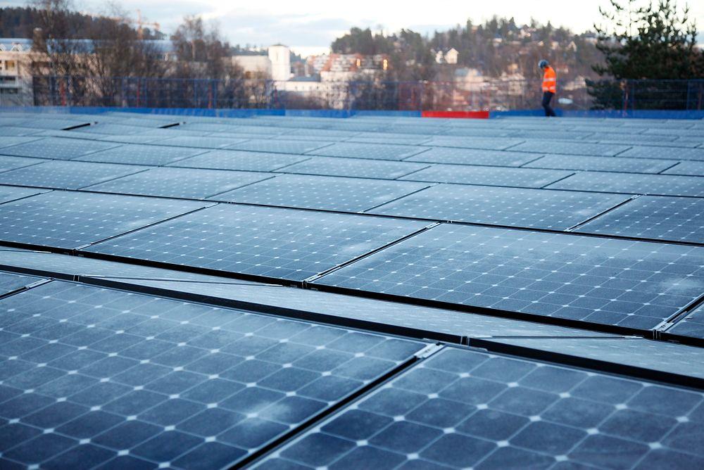 Ingen plusskunde: Kontorbygget Powerhouse Kjørbo i Sandvika leverer på det meste mer strøm til nettet enn 100 kW og vil  ikke omfattes avNVEs foreslåtte regelverk for plusskunder. Foto: Sigurd Øygarden Flæten
