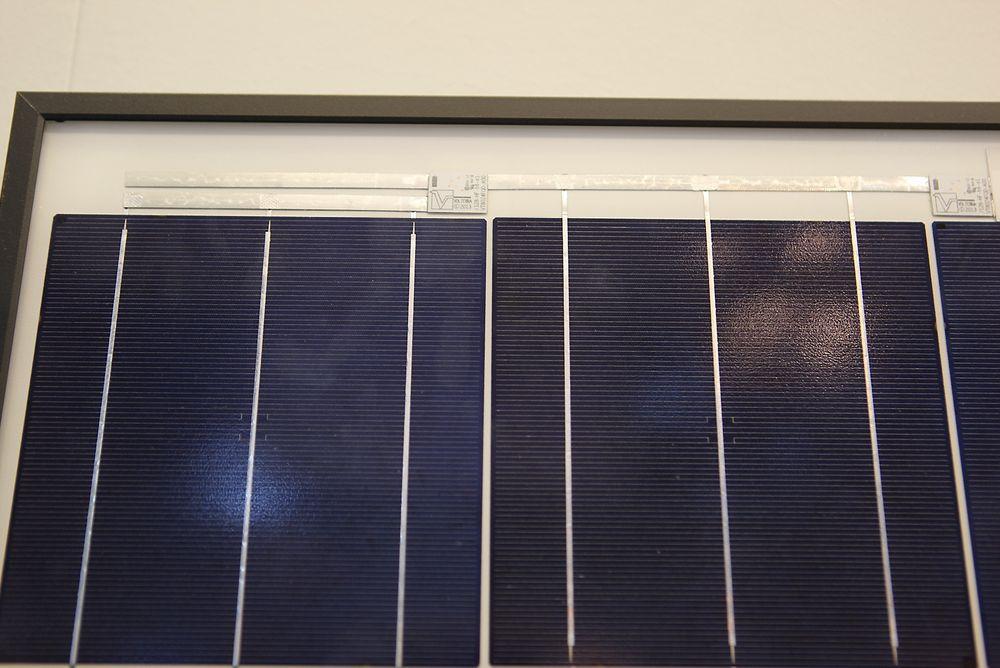 Nedjustering: Ved skygger og fugleskitt justerer denne chipen ned produksjonen i solcelleanlegget akkurat nok til at anlegget ikke blir ødelagt.