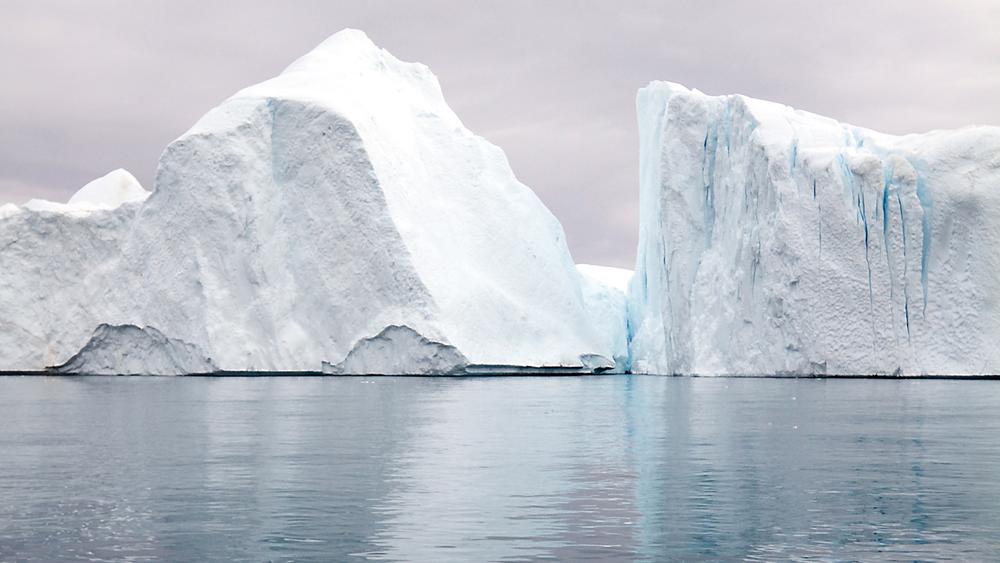 Hinder: Iskanten er bevegelig og er en av de største hindringene oljeindustrien møter når den gjør sitt inntog i arktiske strøk. Unikt dyreliv, manglende oljevernteknologi og en krevende sikkerhetssituasjon er noe av det som foreløpig stopper oljetoget.