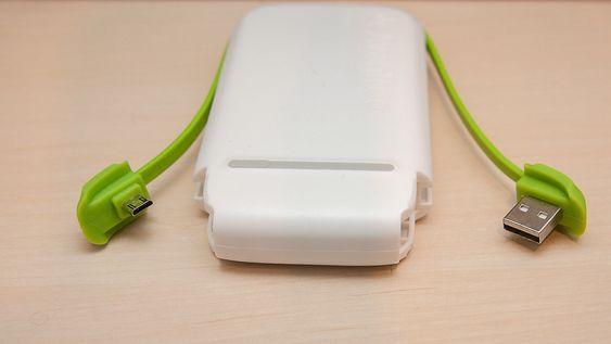 Ladekabelen kan festes til batteripakken, slik at du alltid har USB-kabel med deg.