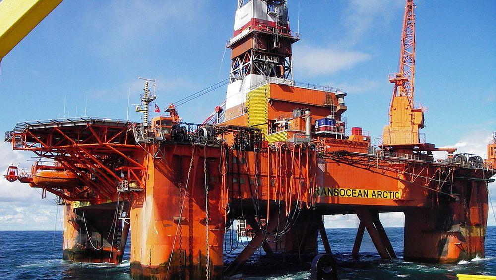 Transocean Arctic boret for VNG og partnerne på Pil-prospektet. Økokrim mener tre menn har handlet aksjer på bakgrunn av innsideinformasjon om leteboringen i Norskehavet.