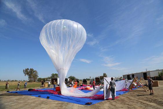 Her holder et team på å gjøre klar en av testballongene til Loon-prosjektet.
