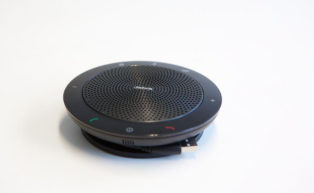 Reisefølget: Det er mye godt å si om Jabra Speak 510+, men HiFi er ikke blant punktene. Dette er en høyttalende telefon med mye ekstra egenskaper. Den er perfekt for folk som er på reise og som trenger en kombinasjon av konferansetelefon, reiseradio og til nød svak bakgrunnsmusikk.