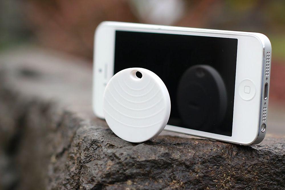 Pebblebee holder kontakten med mobilen din via Bluetooth. Batteriet skal kunne vare i inntil tre år.