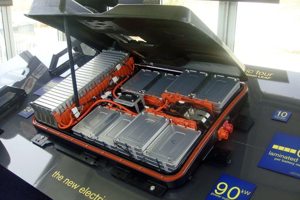 Prisene på elbilbatterier har falt kraftig de siste syv årene. Her battericellene i en Nissan Leaf.