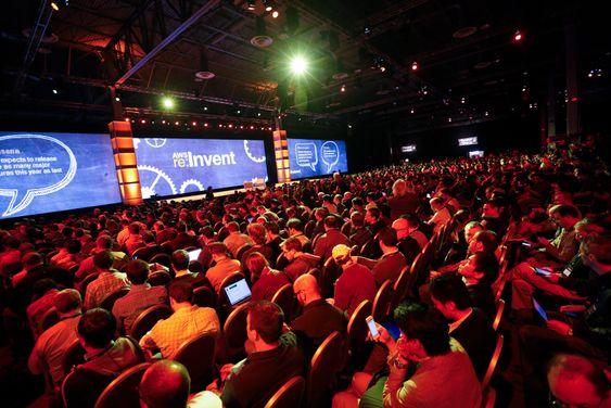 Halleluja: Kunder og utviklere sitter som tente lys når Amazonsjefen Jeff Bezos snakker på selskapets AWS konferanse.