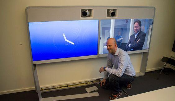 Skjulte kabler: Produktsjef for romsystemer, Anders Mortvedt viser hvordan alt av kabler er skjult i en av de nye toppmodellene til Cisco. Denne har to innebygde Speaker Track kameraer og kan jobbe med det nye videoformatet H.265.