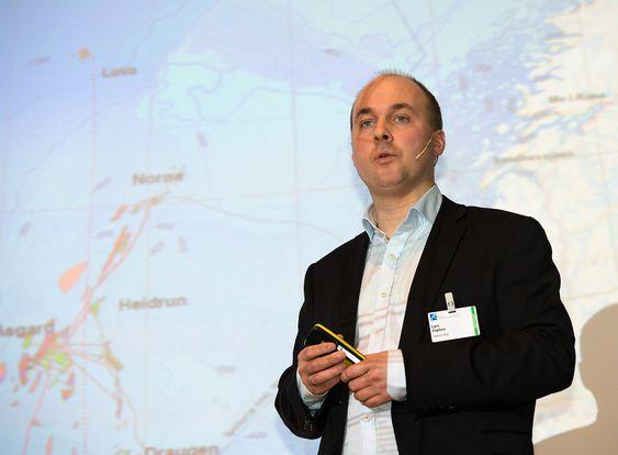 Lars Flæten fra Statoil fortalte om utfordringene med å bygge ut Aasta Hansteen som ligger så langt fra land og med svært tøffe vær- og strømforhold.