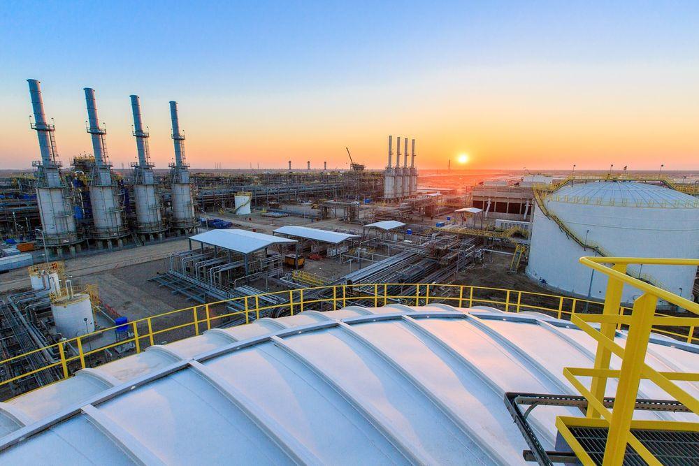 STORT: Produksjonsplatået skal holdes på 1,2 millioner fat per dag i nesten 20 år. Ifølge Lukoil er dette det fjerde største petroleumsprosjektet i verden målt etter planlagt produksjonsplatå. Her fra prosessanlegget i den sørlige delen av Irak. Foto: Lukoil