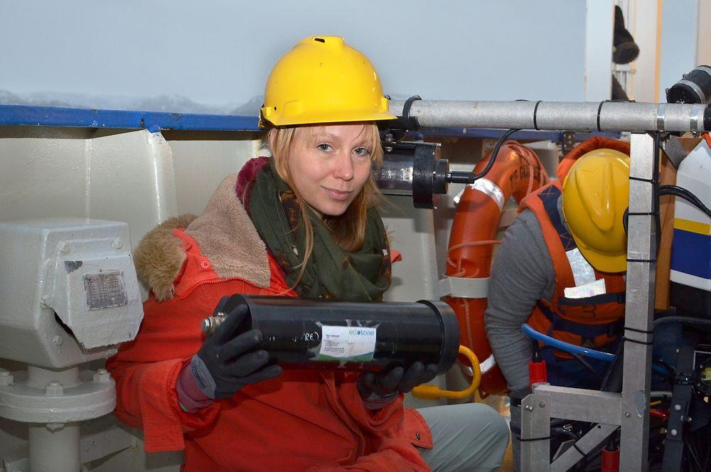 Slik ser et hyperspektralt undervannskamera ut. Ingrid Myrnes Hansen er i ferd med å montere kameraet på en ROV.