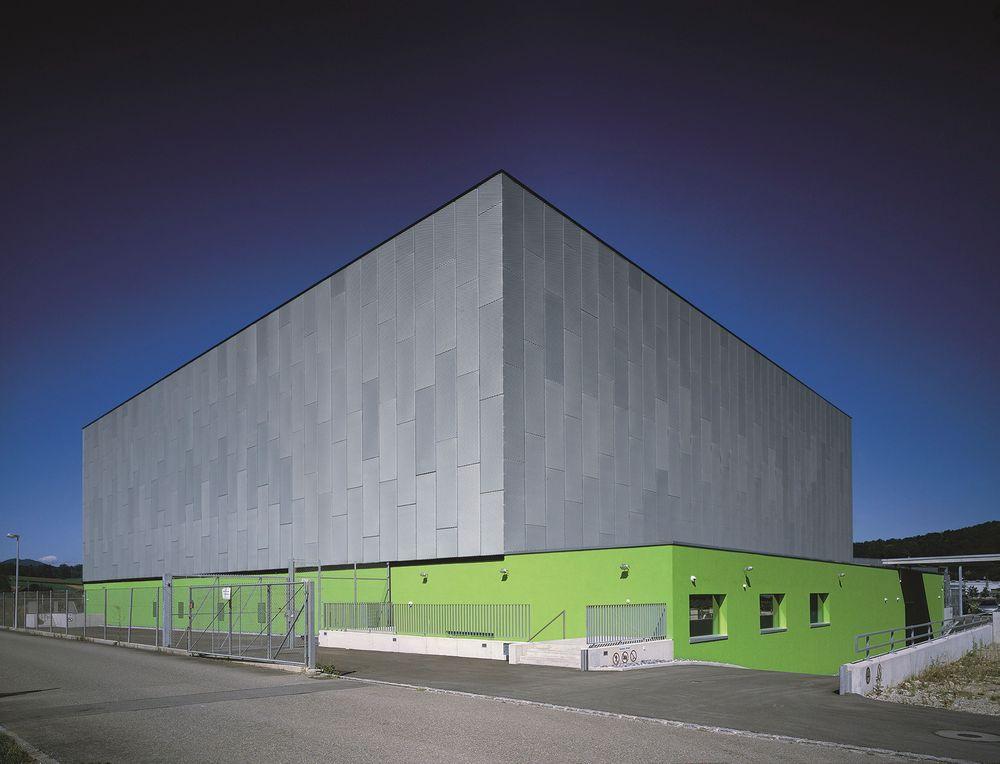 Utenfor Zürich vokser Green Datacenter seg stadig større på selskaper som vil ha et hemmelig sted å lagre sine data. Bygget er synlig, men ikke brukerne.