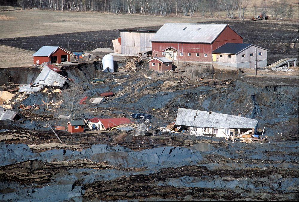 Enormt: Rissaraset i Sør-Trøndelag feide med seg 8-9 gårder. Verdier på over 10 millioner kroner gikk tapt. Her  hus som flyter i leirmassene og gårder som er truet av nye ras. Flere hundre dyr omkom i raset.