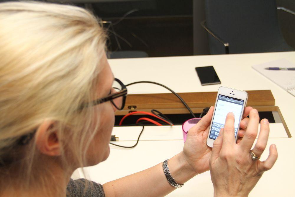 Driftsapp: Janne Aas-Jakobsen viser hvordan appen kan benyttes til å melde feil og dokumentere dem. Den kan også gi all nødvendig FDV-informasjon, så fremt den er tilgjengelig.