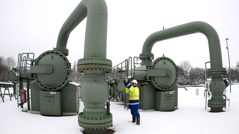 Russland har overtatt som største eksportør av gass til EU. Her en tekniker ved et gassanlegg i byen Huenxe vest i Tyskland.
