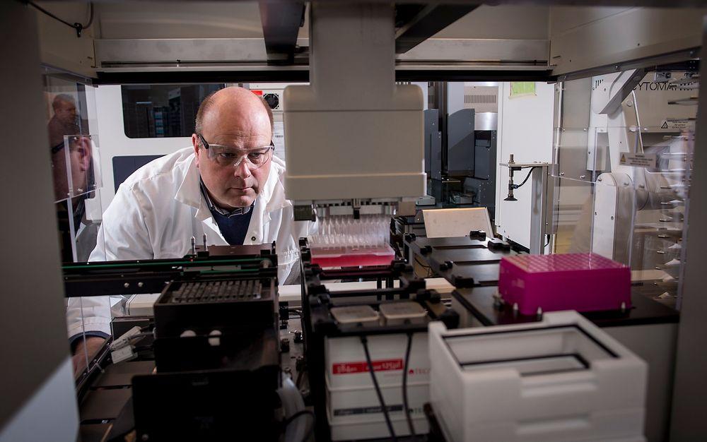 I dette screening-laboratoriet kan SINTEF-forsker Geir Klinkenberg se i hvilken grad de nye stoffene som framkommer i det norsk-danske prosjektet er i stand til å drepe resistente bakterier.