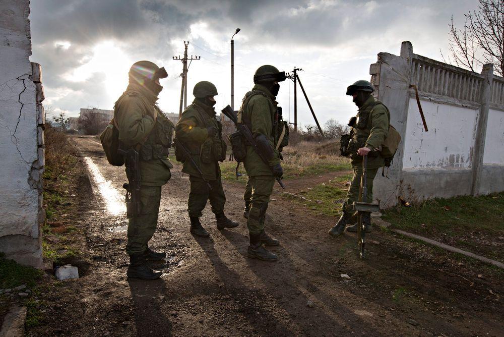 Maskerte russiske soldater holder vakt rundt militærbasen i Perevalnoe på Krimhalvøya. Utenfor Krim er det trolig store olje- og gassressurser som Ukraina nå kan miste kontroll over.