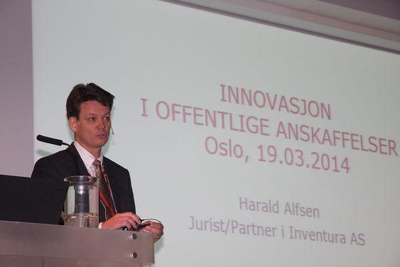 """Jurist og partner i Inventura, Harald Alfsen, svarte et klart """"Nei"""" på overskriften på konfernaeplakaten: Offentlig innkjøp – et hinder for innovasjon?"""