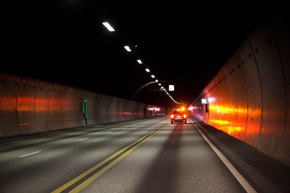 Det kan være vanskelig å venne seg til mørket i det man kjører inn i en tunnel. Ved å ha biler som automatisk skrur på baklyktene når det blir mørkt, kan man unngå en rekke farlige situasjoner, ifølge Vegdirektoratet.