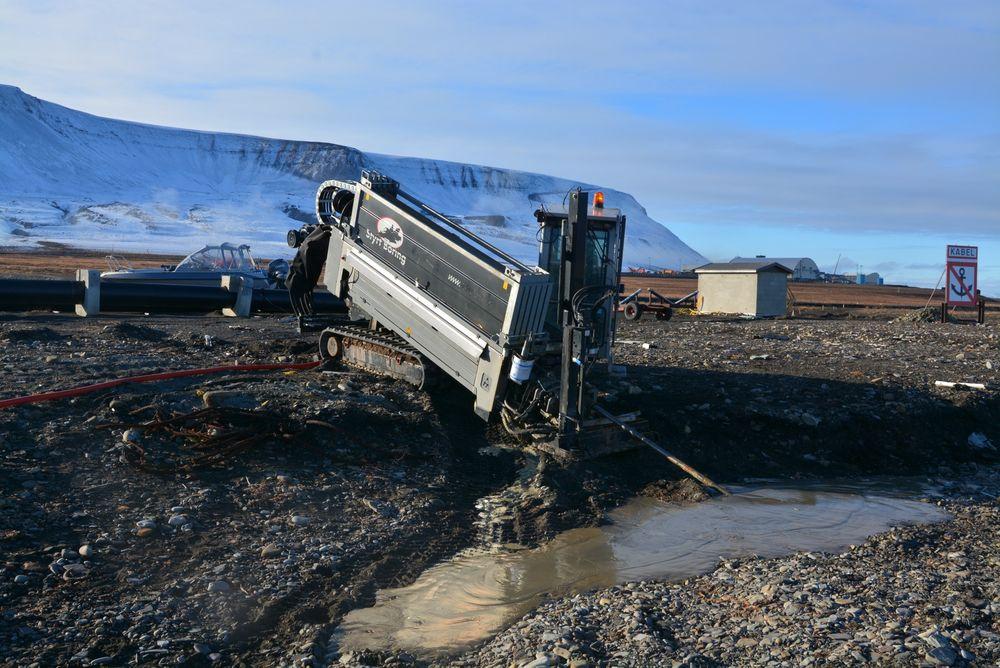 Ilandføring av de nye sjøfiberkablene krevde boring fra land og ned i en bue ut på 20 meters dyp. Her er arbeidet i gang på Hotellneset ved Longyearbyen i fjor høst.