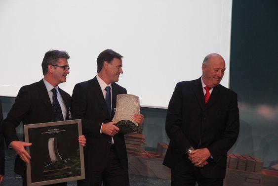 Administrerende direktør Helge Vatnehol ( i midten) og ansvarlig for Environship-designen Per Egil Vedlog i Rolls-Royce fikk overrakt Thor Heyeredals miljøpris på Rederiforbundets årskonferanse i Oslo 31. mars av HK Kong Olav.